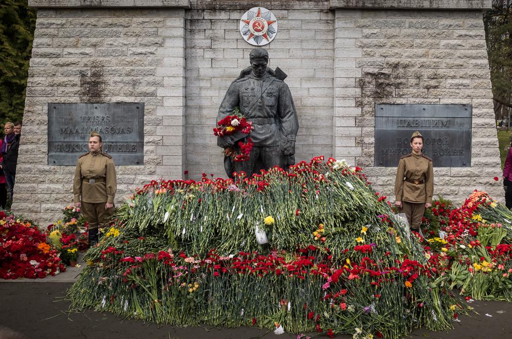 """Ein russisches Kriegerdenkmal in Tallinn, vor dem heute der """"Tag des Sieges"""" (der Roten Armee) gefeiert wurde"""